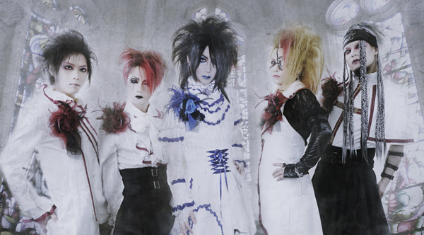 Moi dix Mois members (Click to see larger picture)