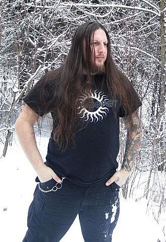 helg, guitariste de Khors et de Runes of Dianceht, portant un tshirt Kolovorot NSBM