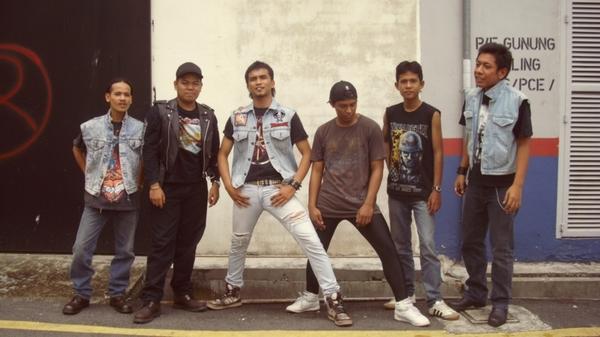 Steel Crescent - Photo